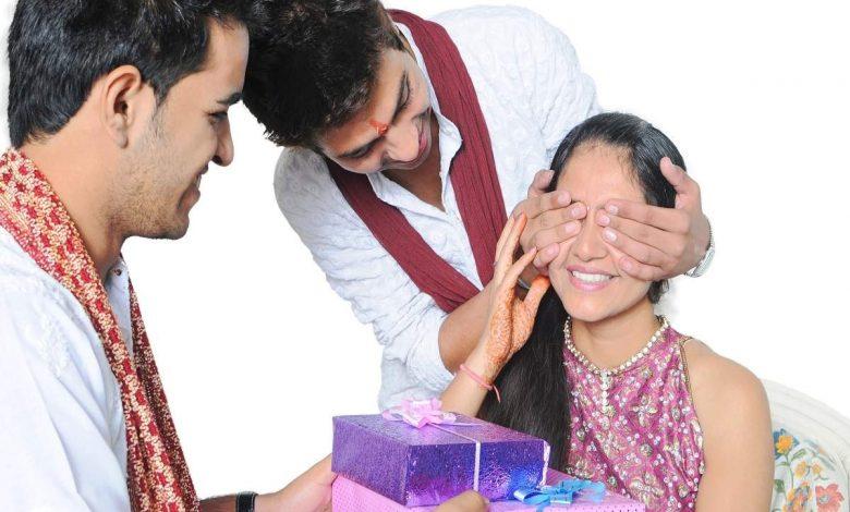 brothers giving gift to her sister for Raksha Bandhan